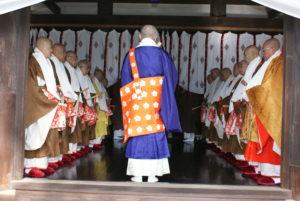 灌頂院で供僧方を勅使に紹介